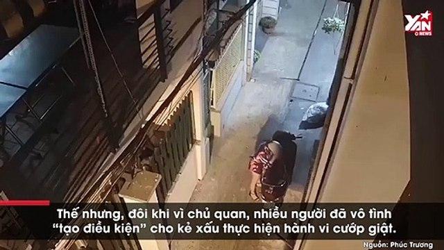 Chủ quan khi mở cốp xe máy, cô gái bị giật đồ trong nháy mắt