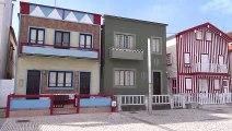 Les maisons de couleurs à Costa Nova, jolie plage avec dunes de sable