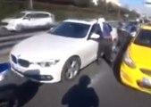 Un motard devient fou quand une voiture le serre sur une barrière de sécurité !