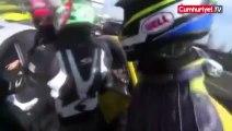 Roade rage entre un motard et une voiture sur une barrière de sécurité