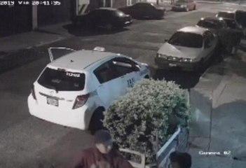 Cámaras graban el momento en el que un taxista asalta a un peatón en zona 11