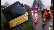 Un bus sort de route à cause du vent à Herve