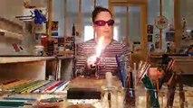 Aurélie Adam, verrière à Verny, montre comment faire une perle