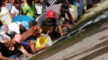 La desesperación obliga a los venezolanos a buscar agua en el contaminado río Guaire