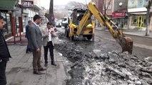 Cadde ve sokaklardaki kar ve buzlar şehir dışına taşınıyor - KARS