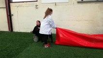 Les élèves de la MFR de Semur-en-Auxois font un exercice d'agility avec les chiens