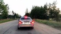 Un chauffeur de taxi jette un jeune homme de sa voiture pour avoir jeter une bouteille vide dans la rue