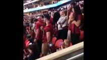 Ce papa a trouvé la façon d'occuper sa fille au stade