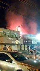 Incêndio destrói loja no centro de Pereira Barreto (SP)