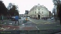 Des passants arrêtent un cycliste en fuite