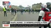Gilets Jaunes : Les forces de l'ordre assiégées Place de l'Etoile à Paris peu avant midi le samedi 16 mars 2019
