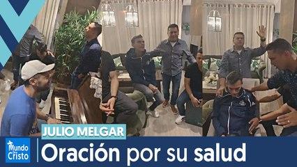Miel San Marcos ministrando en casa de Julio Melgar y su familia