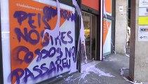 La sede de Ciudadanos en Barcelona aparece con pintadas y cristales rotos
