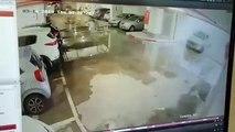 Un automobiliste confond l'accélérateur et le frein en entrant dans un parking