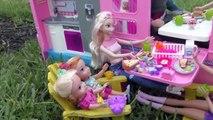 LE ! Elsa & Anna bambins vont faire du Camping avec Barbie - Construit-Dans la piscine, jouer de pique - Nique