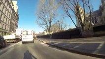 Faire du vélo sur une piste cyclable à Paris.