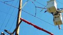 Cet électricien coupe une ligne électrique très haute tension : arc électrique impressionnant