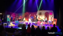 Yvan le bolloc'h et sa guitare au théâtre de l'Ardaillon Vias