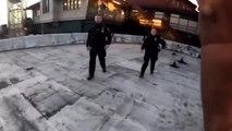 Un homme qui fait du parkour échappe à deux policiers sur un toit