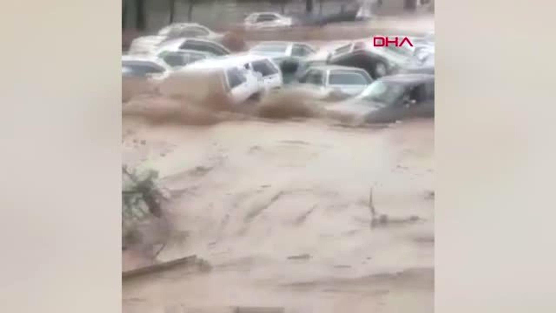 Dha Dış - İran'da Sel 11 Can Aldı... Otomobiller Ana Yolda Sürüklendi -