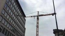 Bruxelles: un homme monte en haut d'une grue et menace de se suicider!