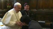 Le pape retire sa main aux pèlerins