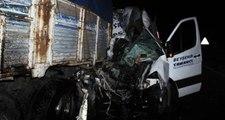 Yolcu Minibüsü, Seyir Halindeki Kamyonete Çarptı! Ölü ve Yaralılar Var