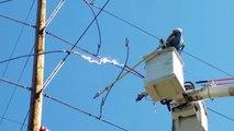 Impressionnant : un électricien provoque un énorme court-circuit