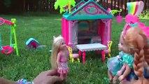 Toboggan, Balançoire Et Des Barres De Singe Jouer ! ELSA & ANNA les tout-petits jouent dans la cour de récréation