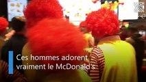 Un KFC envahi par des hommes éméchés, déguisés en Ronald McDonalds