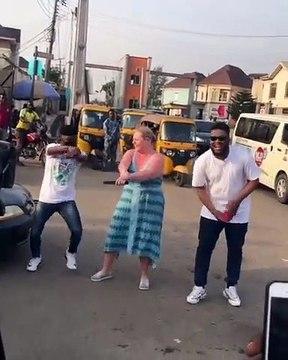 Elle apprends à danser dans la rue. A mourir de rire !