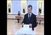 Medvedev vota en unas elecciones empañadas por la sospecha de fraude