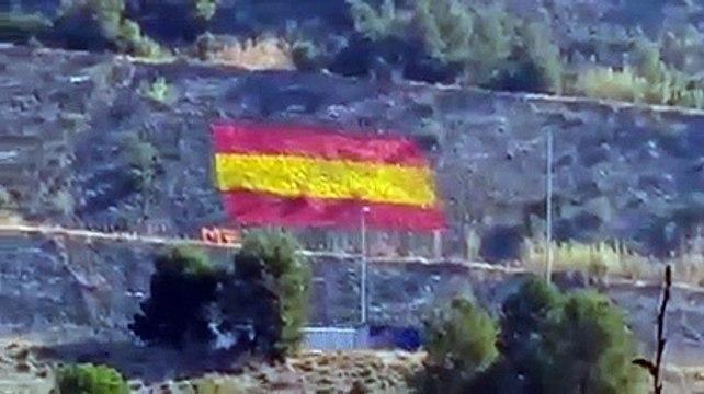 Un grupo constitucionalista pinta una enorme bandera de España en Martorell (Barcelona)