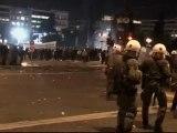 300 manifestantes se enfrentan a la policía en Atenas por la reforma de las pensiones