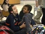 Niños saharauis enfermos parados en el aeropuerto