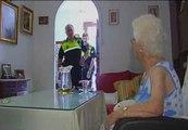 Agentes de Tomares ayudan a los vecinos mayores a combatir el calor
