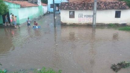 Barragem transborda após chuva forte e correnteza passa por dentro de casas, ruas e quartel em Itapipoca