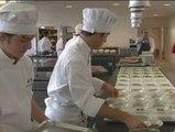 Los alumnos de gastronomía preparan un menú navideño para ayudar a los más desfavorecidos