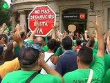 Decenas de personas ocupan una sucursal bancaria en Barcelona para pedir la dación en pago