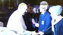 Le pape François refuse de laisser les fidèles embrasser sa bague(1)