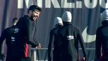 Ambiente distendido en el entrenamiento del FC Barcelona antes de viajar a Madrid