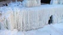 Las bajas temperaturas en China congelan una catarata