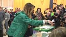 Susana Díaz vota acompañada de su sobrina en el colegio Alfares de Sevilla