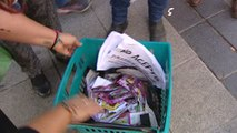 Los vecinos de Madrid retiran más de cuatrocientos kilos de folletos de anuncios de sexo