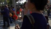 Cientos de manifestantes siguen el desarrollo de los acontecimientos desde el exterior del parlamento catalán