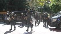 Multitud de manifestantes protestan frente a la sede la CUP por los registros policiales