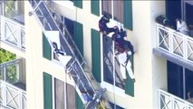 Rescatan a un trabajador que había quedado colgado de la fachada de un edificio