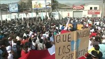 Fuertes enfrentamientos entre policías y manifestantes en Perú por el peaje de una carretera de Lima