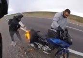 Il prévient un motard que sa moto est en train de prendre feu !