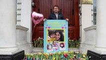 همسر نازنین زاغریرتکلیف با شاخههای گل در برابر سفارت ایران در لندن